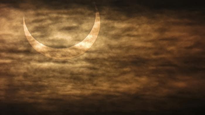 Un croissant de soleil dans les nuages.