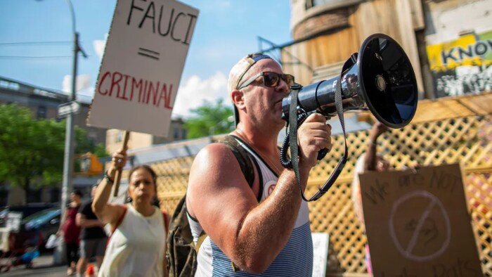 Un manifestante con un megáfono.