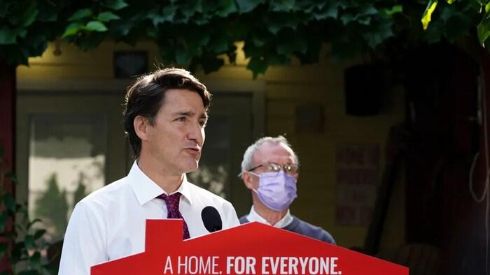 """2021年9 月1日,自由党领袖贾斯汀·特鲁多(Justin Trudeau)称保守党领袖奥图尔要平衡预算而不削减开支的提议是""""神奇的""""。"""