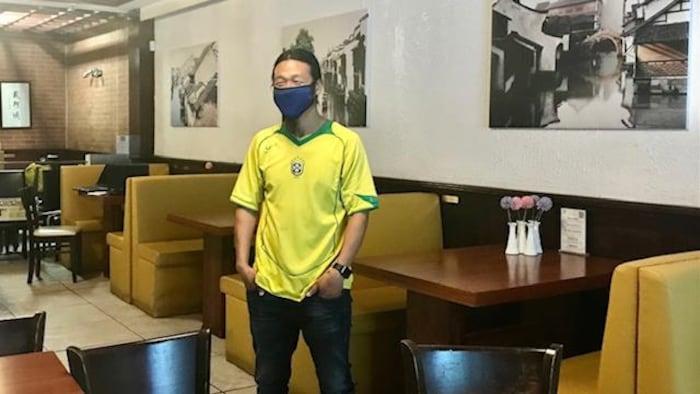 费飞刚在自己的餐馆。