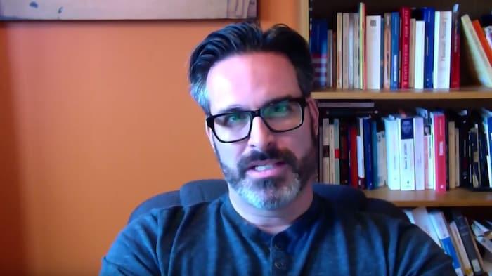 Un homme qui porte des lunettes.
