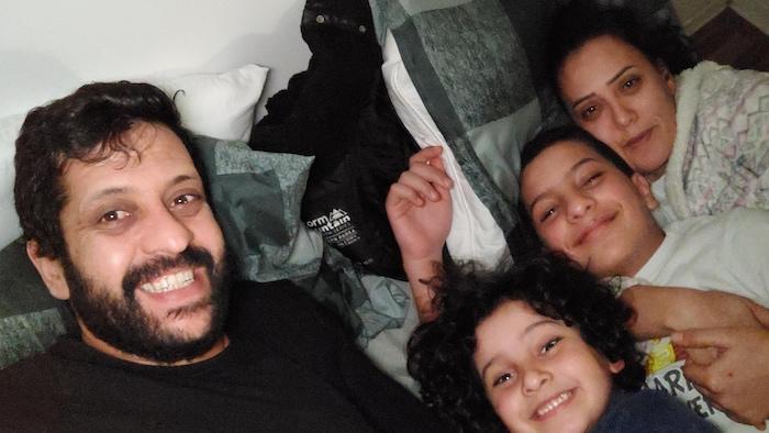La famille Jeddi sur un lit.