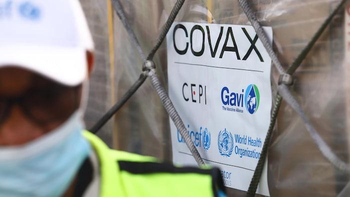 En la foto, un cargamento de dosis de vacunas en un aeropuerto canadiense. El Gobierno de Canadá ha comprometido aproximadamente 440 millones de dólares al COVAX, la mitad de esos fondos servirán a asegurar dosis para los canadienses.