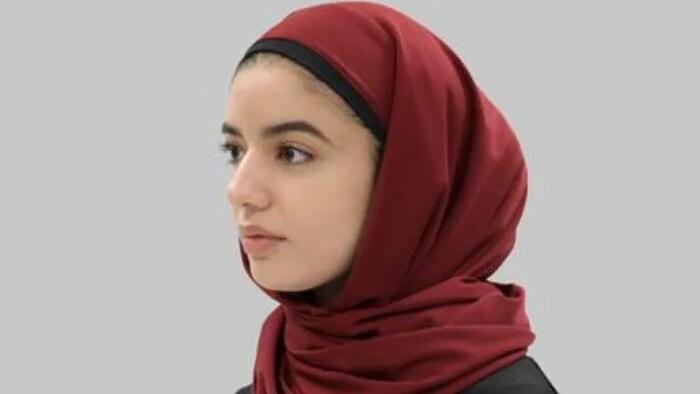 امرأة ترتدي حجاب رأس إسلامياً.