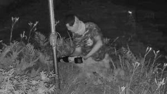 Un homme utilise une scie à batterie sur un mât