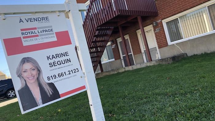لافتة تفيد أنّ المنزل الواقع بالقرب منها معروض للبيع.