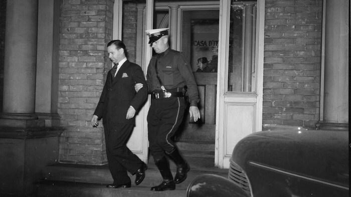 Un policía canadiense arresta a una persona en 1940.