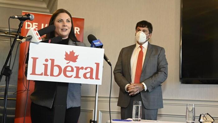 Un hombre y una mujer en una rueda de prensa en Ottawa.