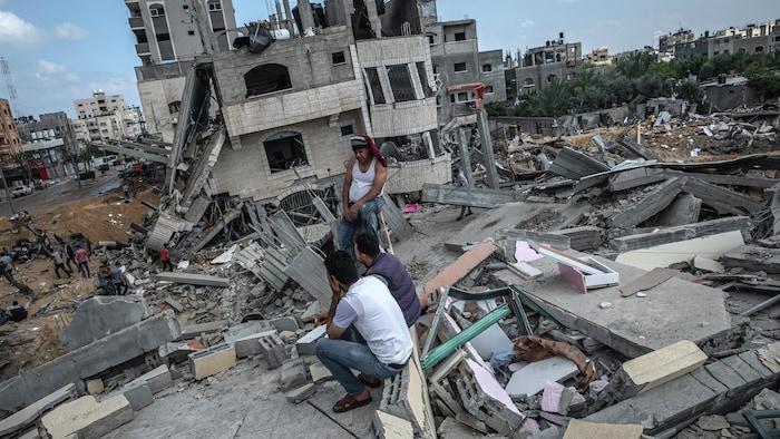Escombros de un edificio residencial en la ciudad de Gaza, Franja de Gaza destruido por un ataque aéreo israelí, el 13 de mayo de 2021. Más de 65 personas en Gaza y siete en Israel han muerto en los intercambios de misiles en la frontera. La escalada que estalló el lunes se produce después de semanas de tensión entre israelíes y palestinos en Jerusalén Este, que alcanzó su punto álgido con violentos enfrentamientos en el interior del lugar sagrado de la mezquita de Al-Aqsa.