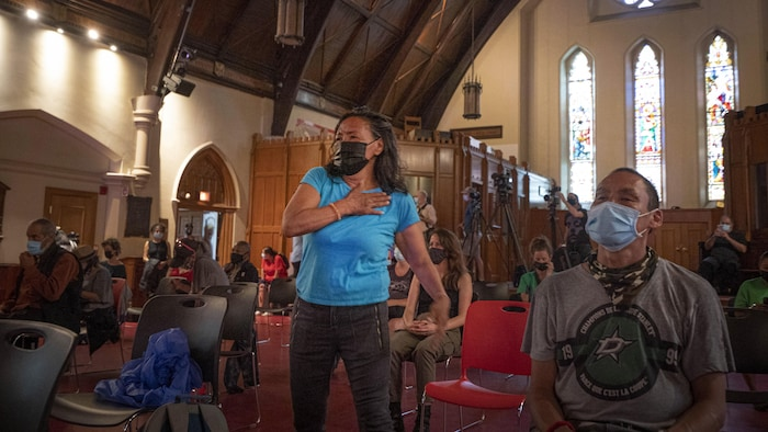Une femme danse dans l'église.