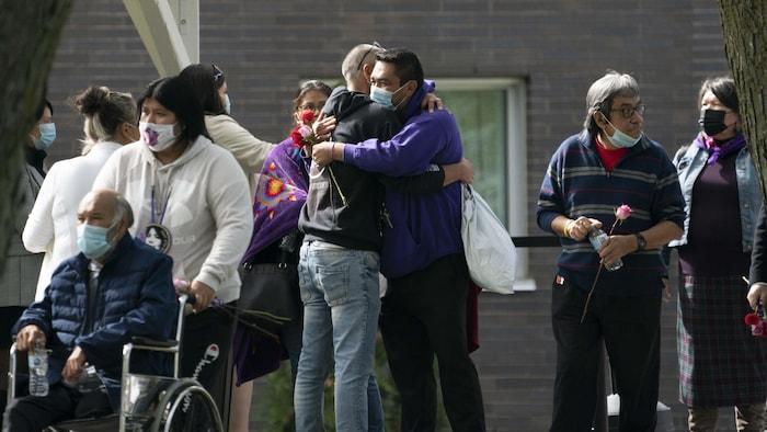 Le conjoint de Joyce Echaquan, Carol Dubé, et des membres de sa famille, à la sortie d'une cérémonie.