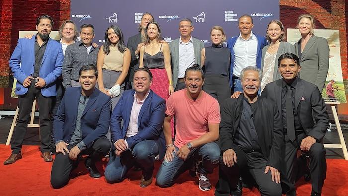 """Pendant le tournage, il n'y a jamais eu de séparation entre les acteurs latins et québécois.  """"Nous étions une famille"""", dit Marco Ledezma. Sur la photo, les acteurs et l'équipe de réalisation et de production du film Les Oiseaux Ivres."""