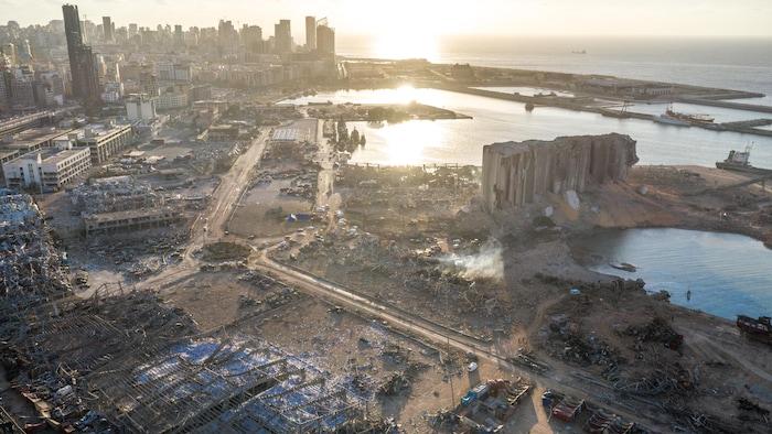 صورة من الجوّ للأضرار الناجمة عن انفجار مرفأ بيروت الذي وقع في 4 آب (أغسطس) 2020.