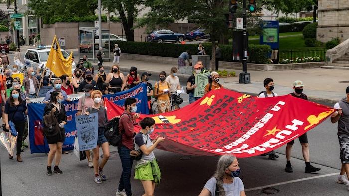 Marcha avanza por una calle de Montreal.