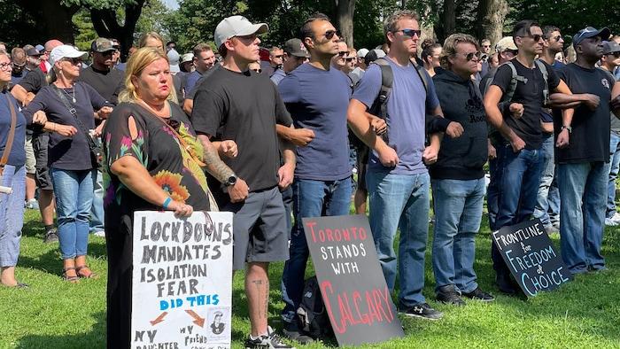 2021年9月13日,多伦多的100多名反疫苗示威者在安大略省议会大楼前示威,反对政府的卫生措施。