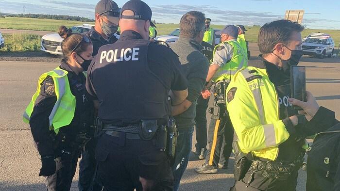 La police a procédé à des arrestations mercredi soir, à la frontière entre le Nouveau-Brunswick et la Nouvelle-Écosse.