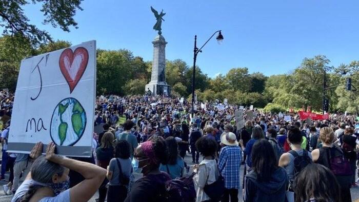 2021年9月24日下午,蒙特利尔的学生们针对气候变化举行示威游行。