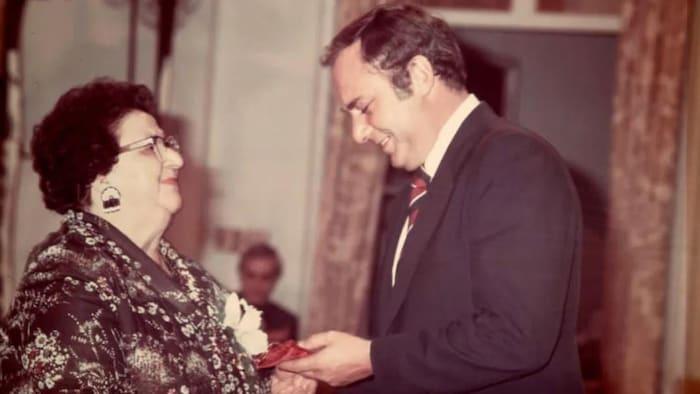 """En esta foto del 17 de octubre de 1979, Mary Two-Axe Earley recibe el Premio al """"Caso Persona"""" del Gobernador General por su contribución a la igualdad de las mujeres y las niñas en Canadá. (Biblioteca y Archivos de Canadá)."""