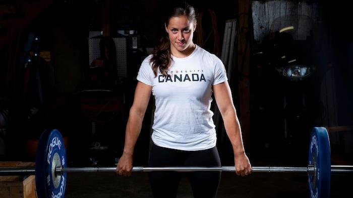 东京奥运金牌得主、加拿大举重运动员莫德·查伦 (Maude Charron)
