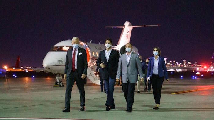 2021 年 9 月 25日:加拿大的兩名麥克 - Michael Kovrig 和 Michael Spavor 在加拿大駐華大使 Dominic Barton 的陪同下,乘坐加拿大空軍的飛機抵達卡爾加里國際機場。
