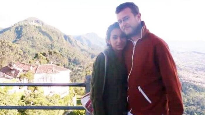 Un homme (le candidat du Parti vert du Canada Michael Wright) et une femme posent pour une photo avec une montagne colombienne en arrière-plan.