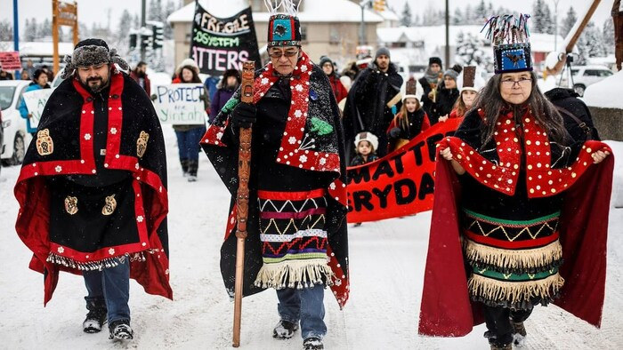Los jefes hereditarios indígenas wet'suwet'en Rob Alfred, John Ridsdale y Antoinette Austin, marchan en Smithers, Columbia Británica.