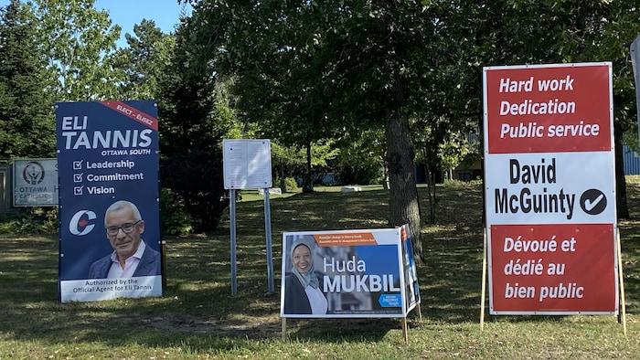 ثلاث لافتات انتخابية في حديقة.