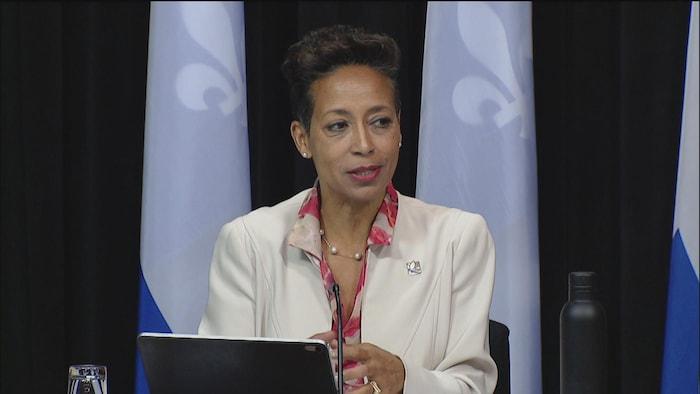 Mme Girault s'adresse aux médias lors d'une conférence de presse.