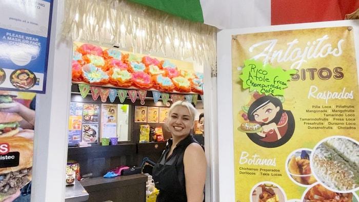 Norma Angelica Yanez gère sa boutique de snacks et de desserts mexicains à Plaza Latina, mais en tant qu'esthéticienne médicale qualifiée, elle a également une autre entreprise, Life in Pink, un spa dermatologique.