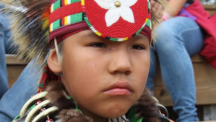 فتى من السكّان الأصليّين بالزيّ التقليدي.