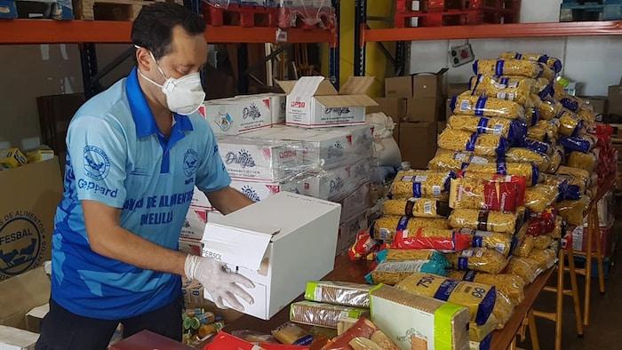 Voluntarios de Copatla organizando los víveres que irán a las canastas básicas para las familias.