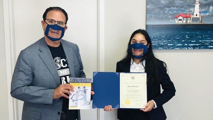 Récemment, Arya a participé à la distribution des trousses de robotique aux jeunes avec le député ontarien Rudy Cuzzetto.