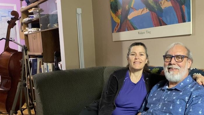 Le violoncelliste et chef d'orchestre Rodney Hinojosa et sa femme Gilda Santini Briceño dans leur appartement du quartier Saint-Henry de Montréal.