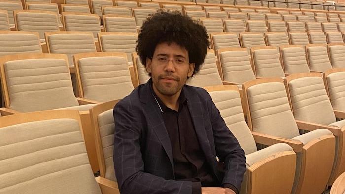 Rafael Payare dans la Maison Symphonique de Montréal.