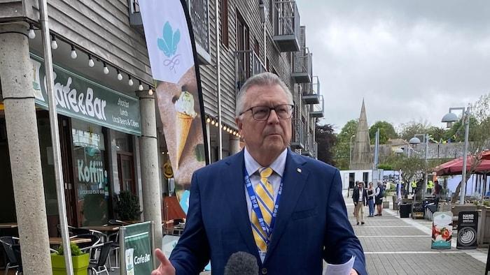 Ralph Goodale habbla con la prensa en la cumbre del G7.