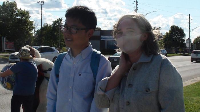 朱燃与自由党候选人Melanie Lang在气候变化行动抗议现场。