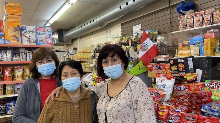 Au centre, Teresa Escarza Jara, mère de Rosa (à gauche) et Ana Guzmán Escarza. Cette dernière est la propriétaire du magasin Importaciones Eche et fils, situé aujourd'hui au 7217 St-Hubert.