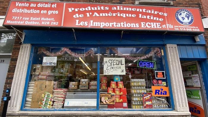 La façade du magasin latino-américain Importations Eche et fils  offre une multitude de produits et de services aux latino-américains de Montréal depuis près d'une décennie. Les transferts d'argent sont l'une des offres de cette entreprise.