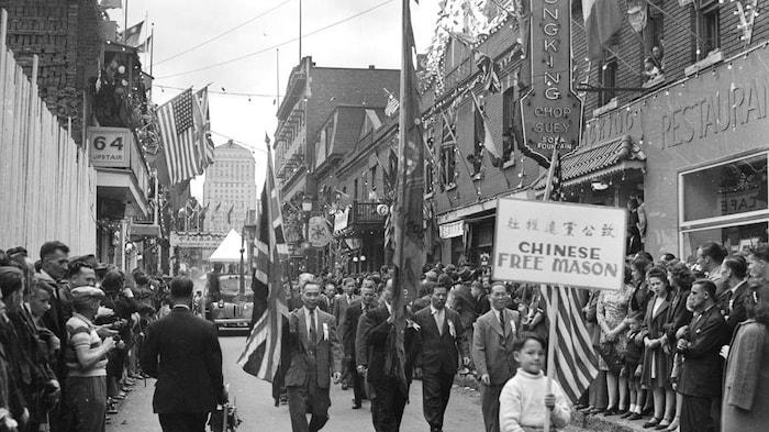1945年的二战胜利日,蒙特利尔华人在De la Gauchetière街商的庆祝活动。