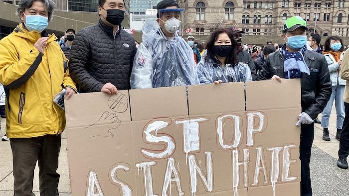 """陈圣源,左二,参与CCNC发起的""""反亚裔仇恨""""游行。"""