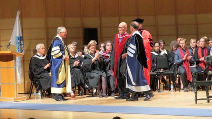 郑胜天教授(右三)接受艾米莉卡艺术学院的荣誉博士学位。