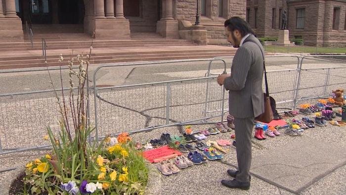 Le député autochtone s'est recueilli ce matin à Queen's Park, où des souliers ont été déposés à la mémoire des enfants.