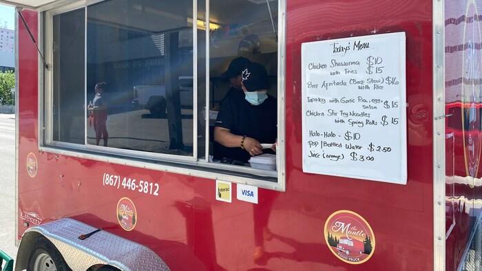 Nakaparada sa kalsada ang food truck na The Mantle.