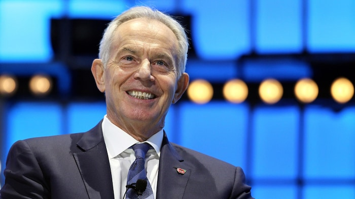 Tony Blair sourit.