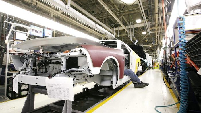 加拿大安大略省 Brampton 的 Fiat Chrysler  工厂,员工在装配线上工作。