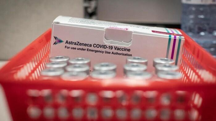 Una pequeña cesta de vacunas de AstraZeneca.