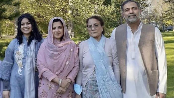 من اليمين: سلمان أفضال ووالدته طلعت وزوجته مديحة وابنتهما يُمنى في صورة عائلية حديثة.