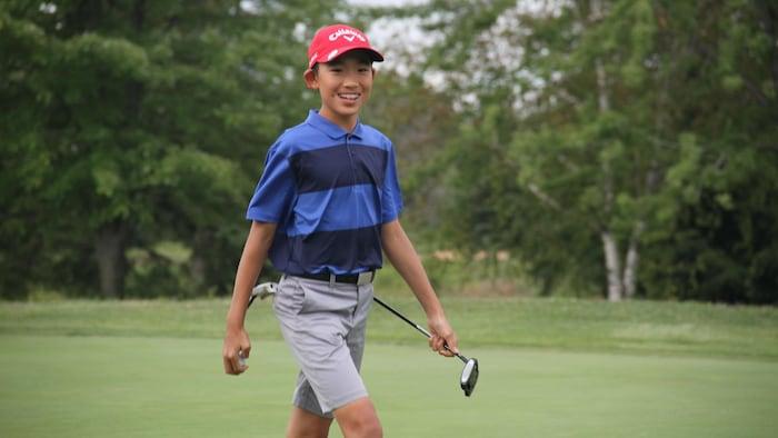 打高爾夫球。