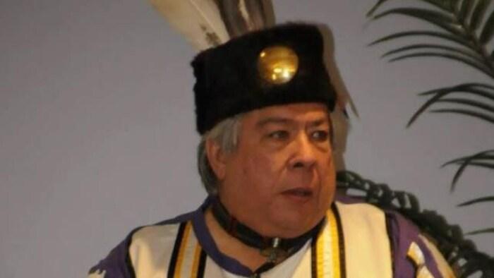 Warren Petoskey en vêtements traditionnels.