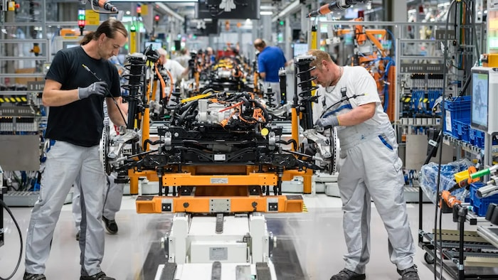 workers at cars manufacturers